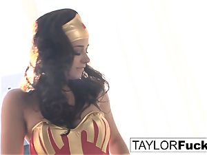 Taylor Is Wonder chick